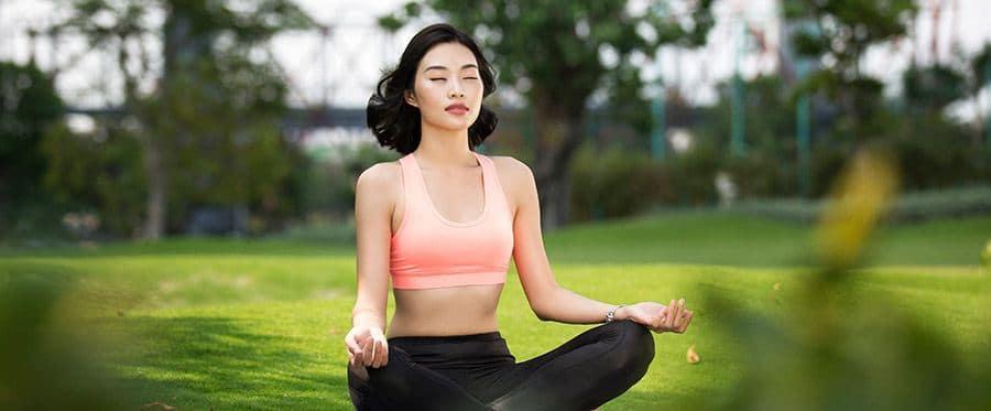 Yoga thư thái giữa không gian bat ngàn màu xanh hoa lá.